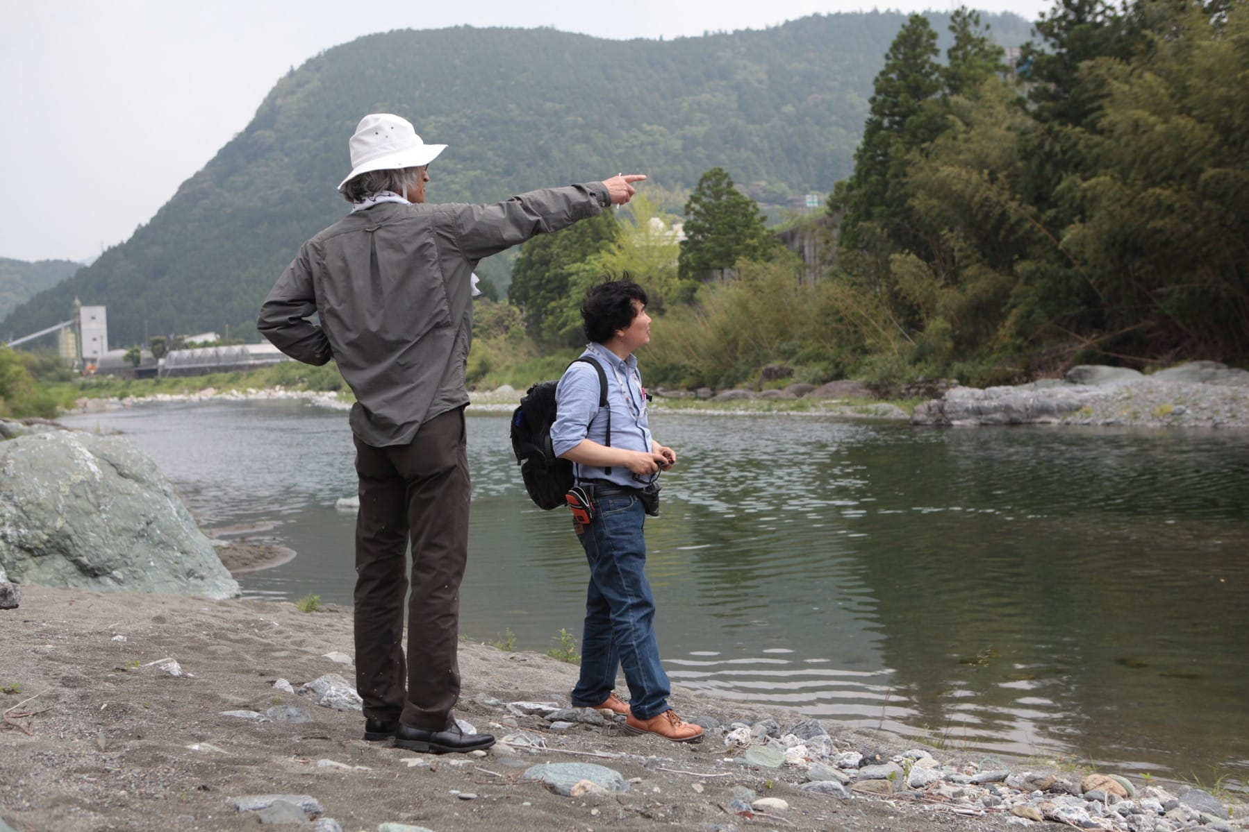 青雲寮眼下の鮎喰川に降りて調査する、田瀬さんと「神山町のあす環境デザイン共同企業体」のおひとりで、建築家の高木雅行さん(有限会社 アルキノーバ主宰)