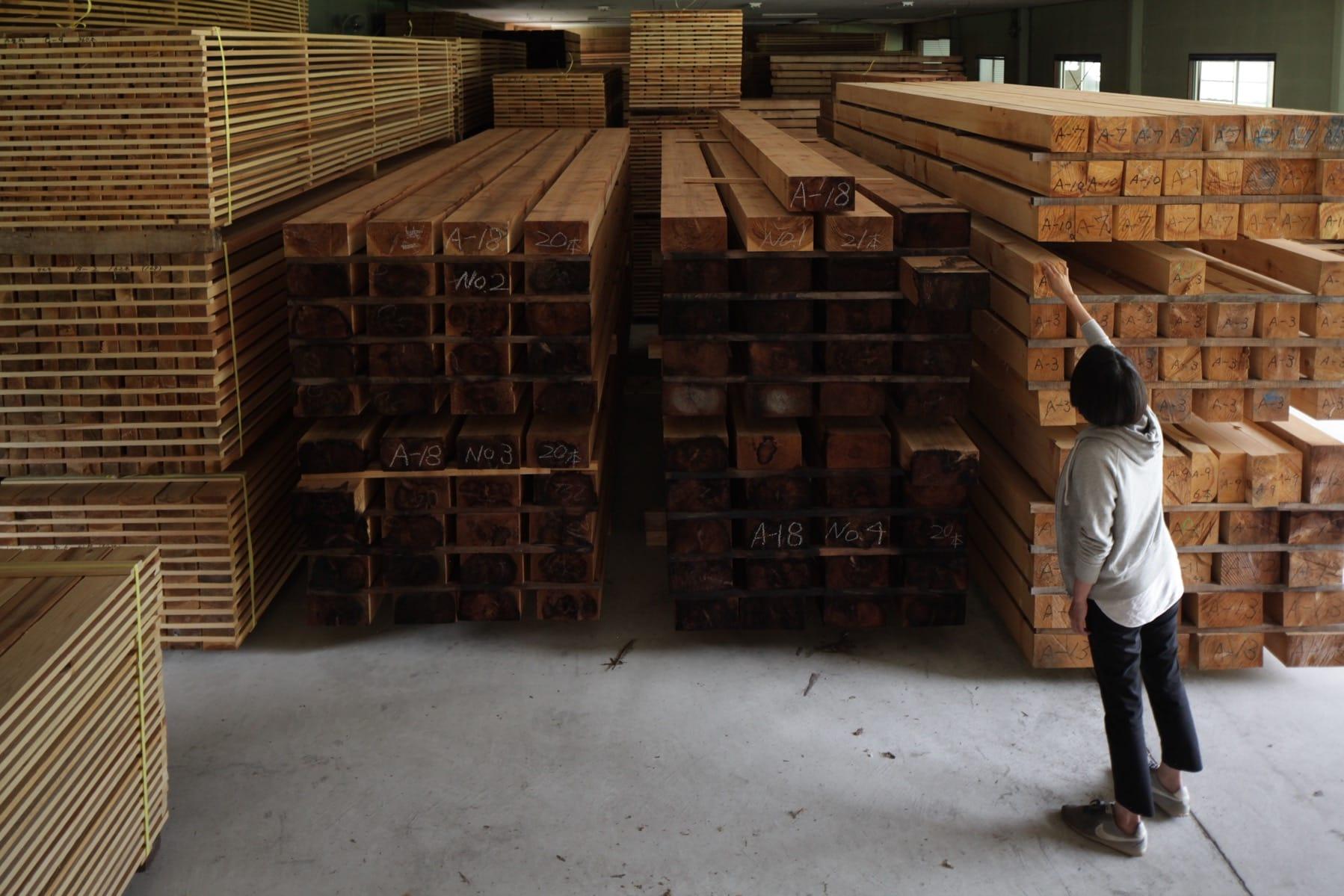 神山町産材として認証を受けた木材。この倉庫にだいたい家2軒分くらいの資材があります。