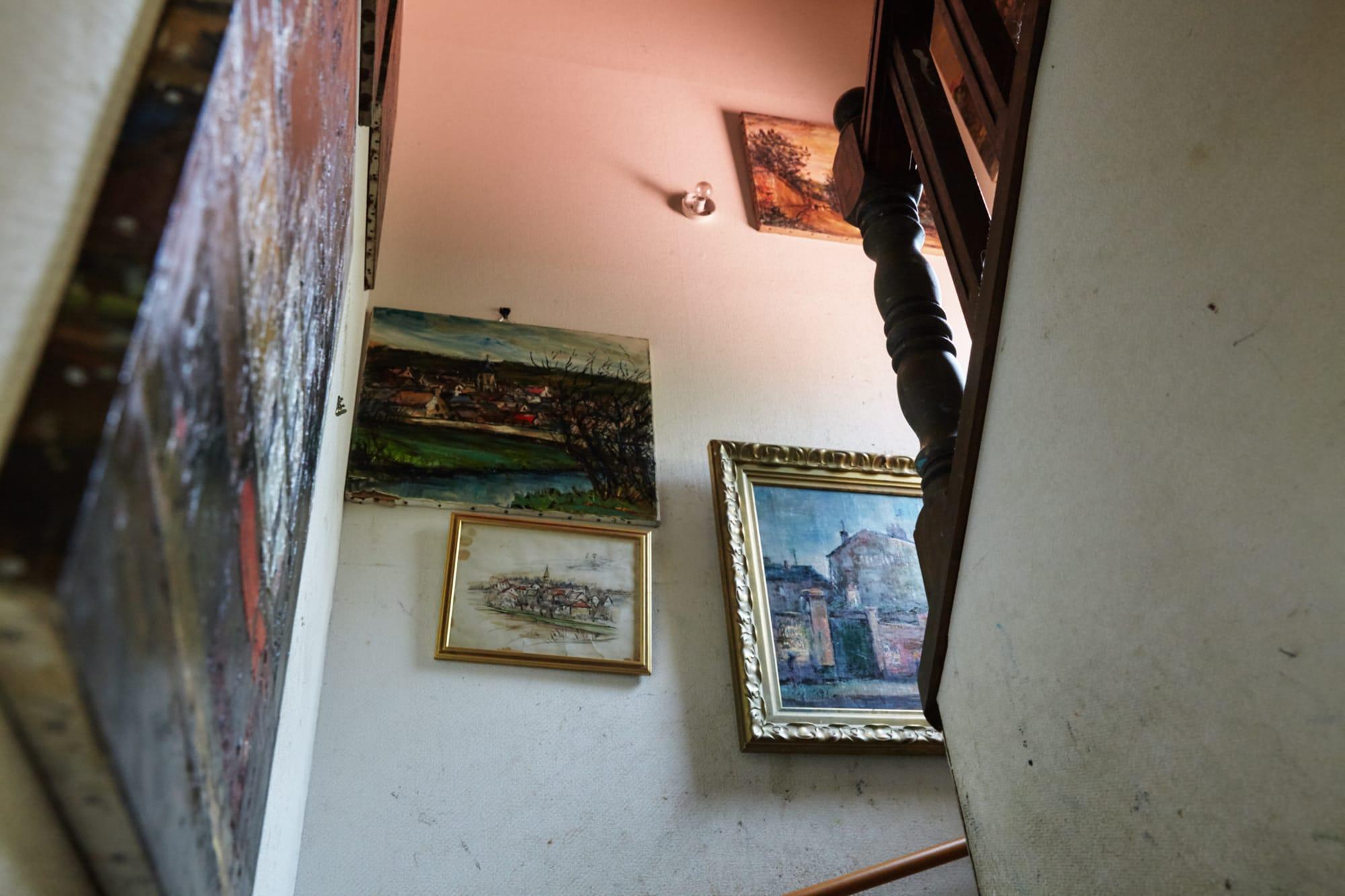 静岡県伊東市にある山川茂さんのアトリエ兼ご自宅。部屋、階段や廊下など、あらゆる場所に山川さんの絵が飾られている。