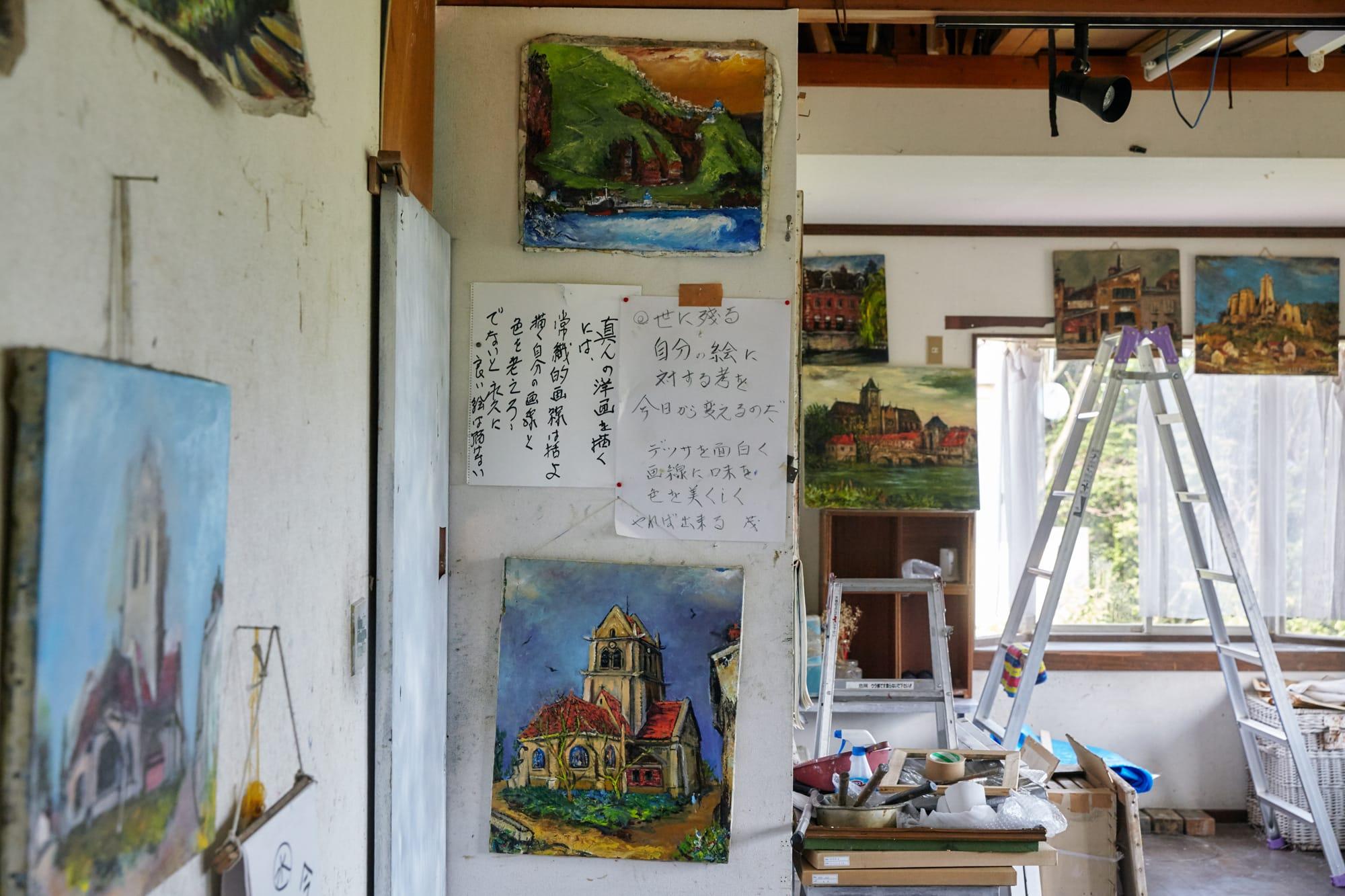 亡くなった今もそのままの形で残されている、山川さんのアトリエ。修行時代、本間さんはこの空間で山川さんと一緒に絵を描き続けた。窓の外には緑が広がっている。
