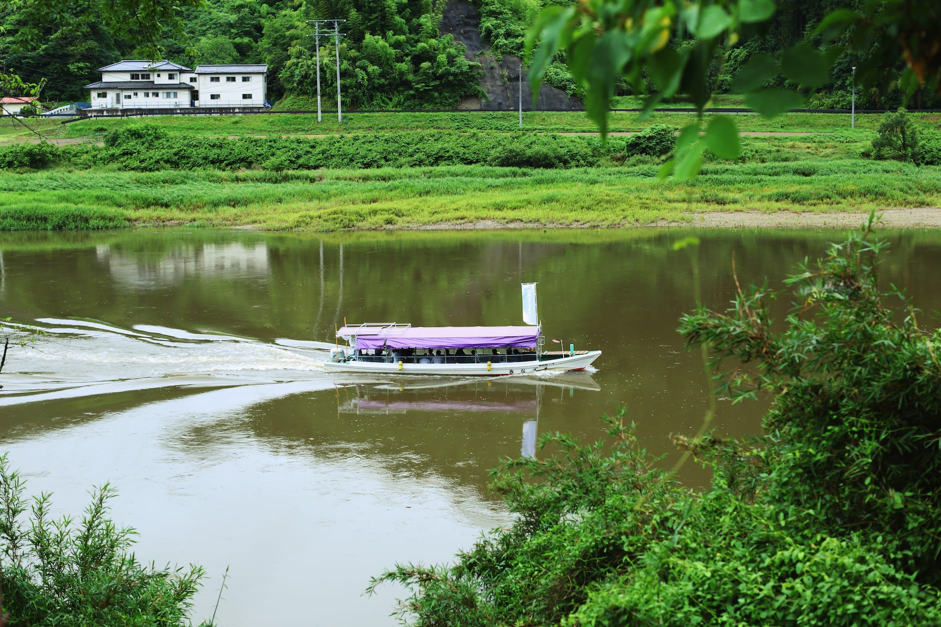 渓谷を流れる阿武隈川では、現在も舟下りが体験できる。
