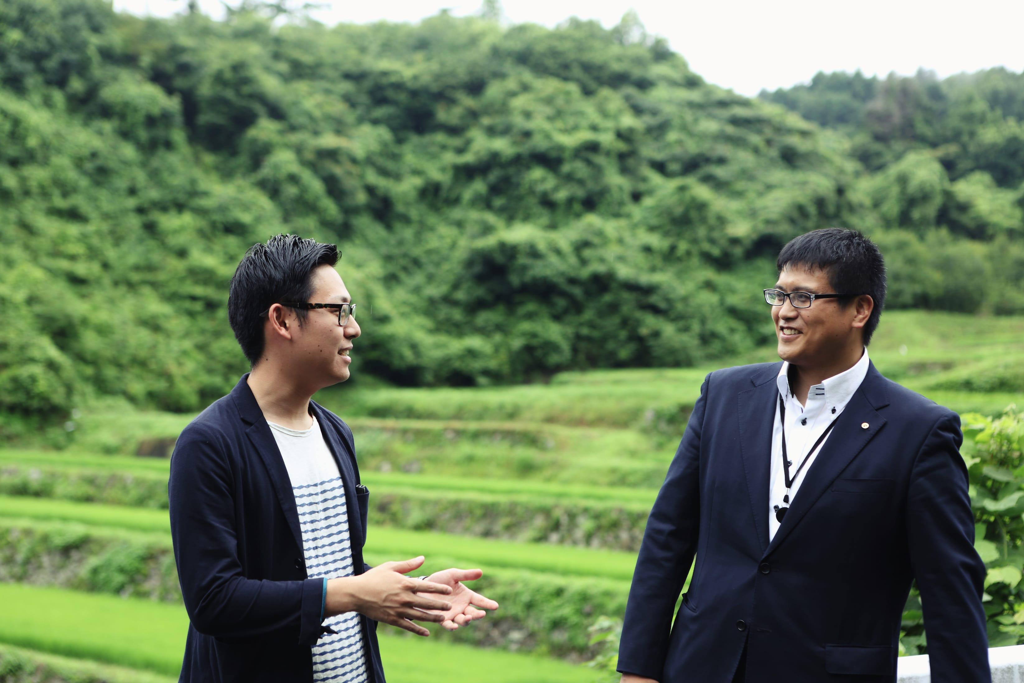 取材当日、町を案内してくれた「一般社団法人MAKOTO」の島さん(左)と、丸森町役場の八島さん。しましまコンビ!