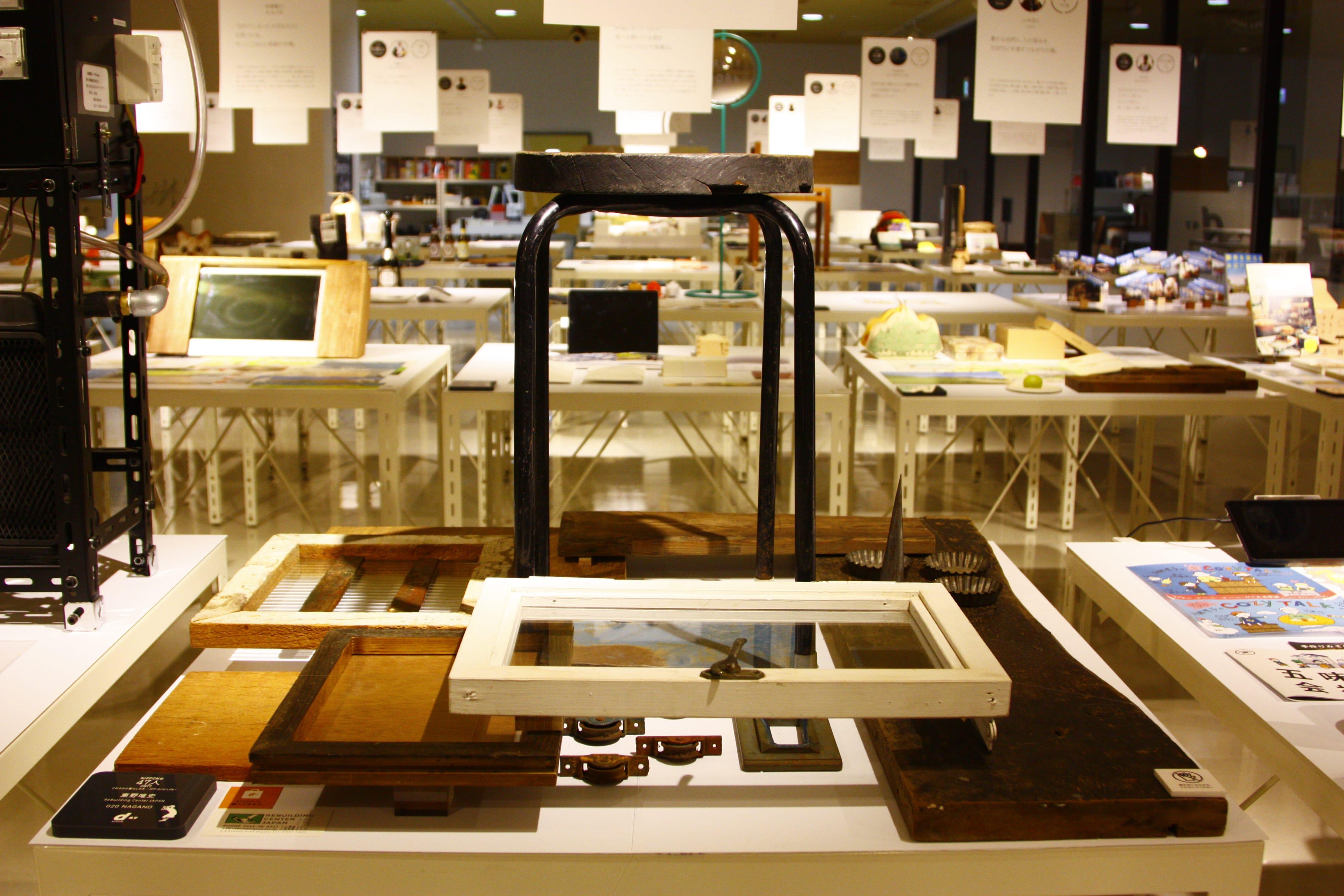 長野県の出展者である東野唯史さんが主宰する「リビルディングセンタージャパン」のコーナー。捨てられていた古材に新たな価値を見い出して販売。古材を次の世代につないでいく活動だ。