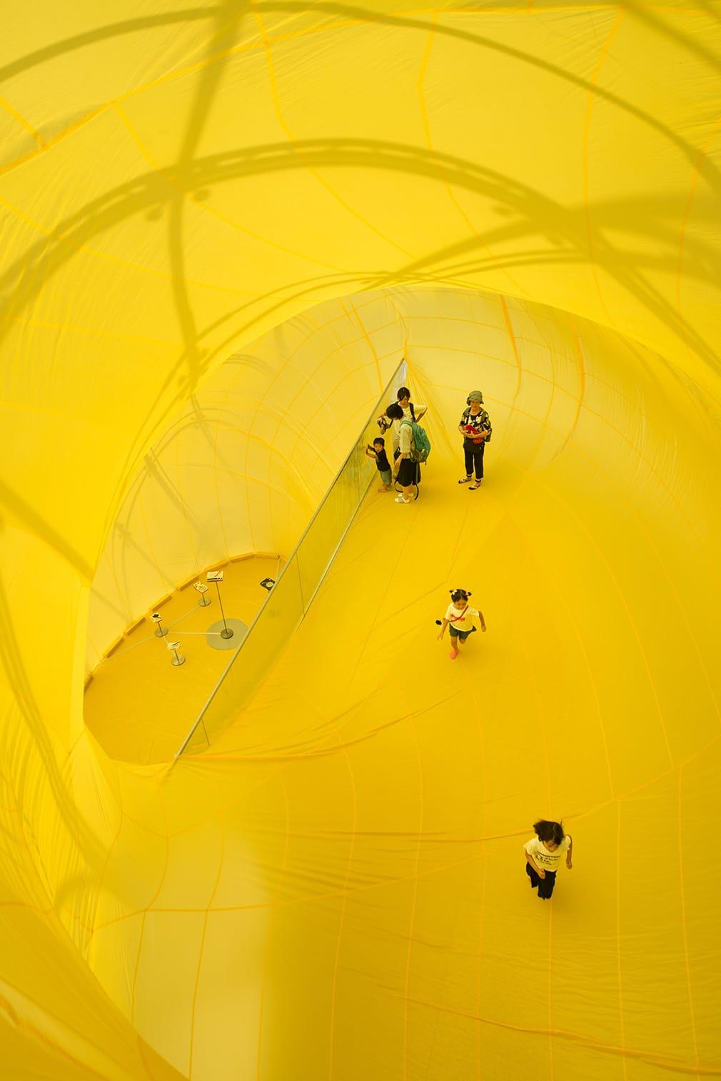 モエレ沼公園のシンボルである「ガラスのピラミッドHIDAMAI」に出現している松井紫朗氏の『climbing time / falling time』のバルーン内部。『without records』が侵食しているのが垣間見えている。