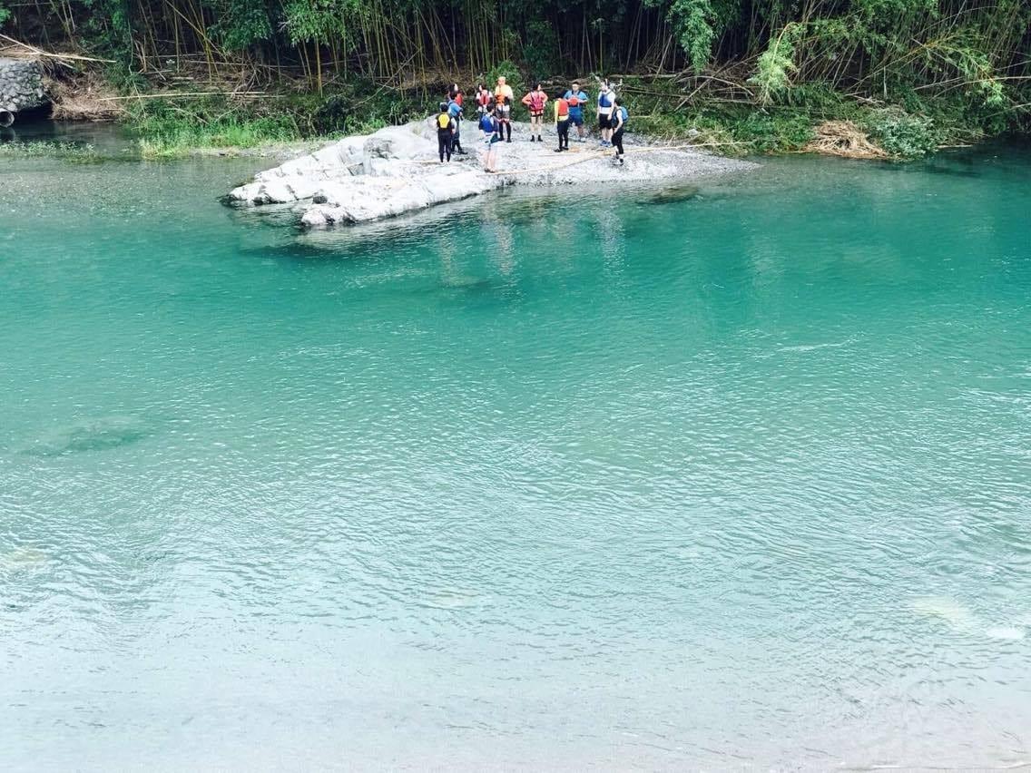 2017年8月11日に開催した「鮎喰川すまい塾」は、川遊びの注意点と楽しみ方を実地で学びました。(神山つなぐ公社提供)