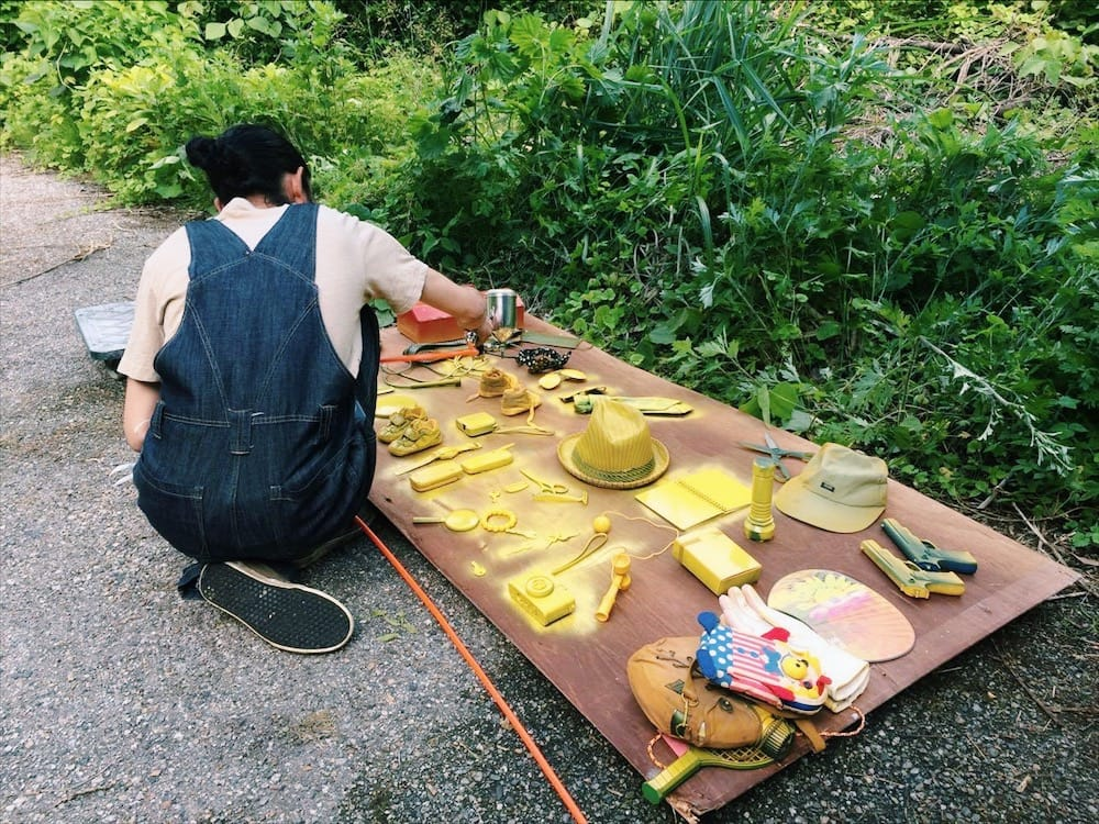 河口龍夫さんの作品「小さい忘れもの美術館」を手伝う風景。