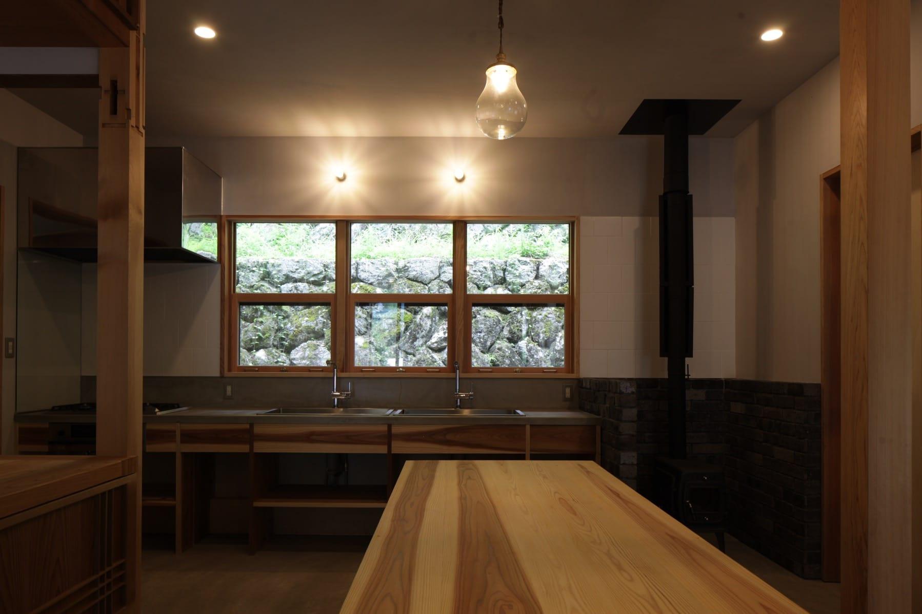 鬼籠野にあるすみはじめ住宅「西分の家」。「窓から石垣が見えるところがお気に入り」と高田さん。