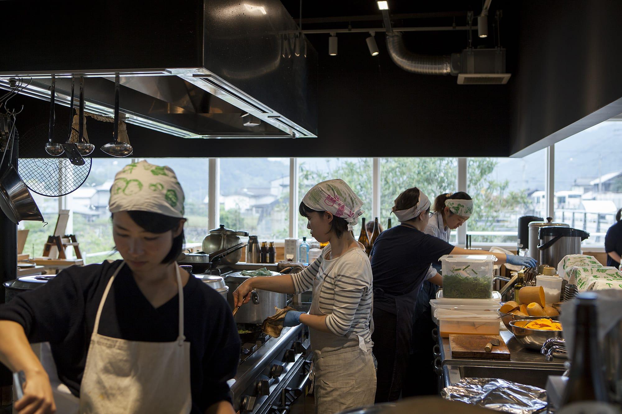 「かま屋」キッチン内で働くスタッフのみなさん。