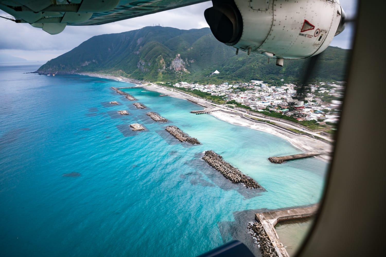 新島に着く直前、飛行機からはエメラルドブルーの海岸線を一望できる。
