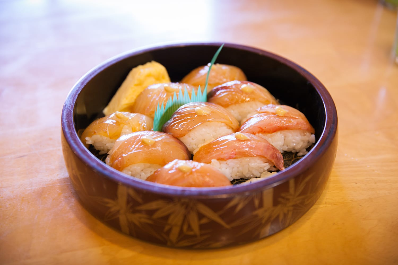 寿司ネタをヅケにして、甘めのシャリで握る島寿司。江戸前寿司をより温暖な伊豆諸島で食べるために、独自に発達した寿司で、ワサビではなくカラシを使うのがポイント。ワサビが手に入らなかったため、カラシで代用したのが始まりだとか。