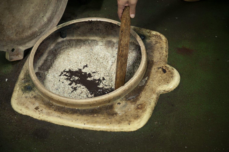 新鮮な魚を漬け込む、菊孫商店のくさや液。塩分濃度は海水とほぼ同じ4% 。においはツンとするが、味は意外とまろやか。地下に約4000L 保存されている。