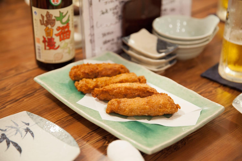 青むろあじに生姜や玉ねぎなどを加えてすり身にしたものを揚げた、たたき揚げ。島ではみそ汁や鍋物の具としても使われる。