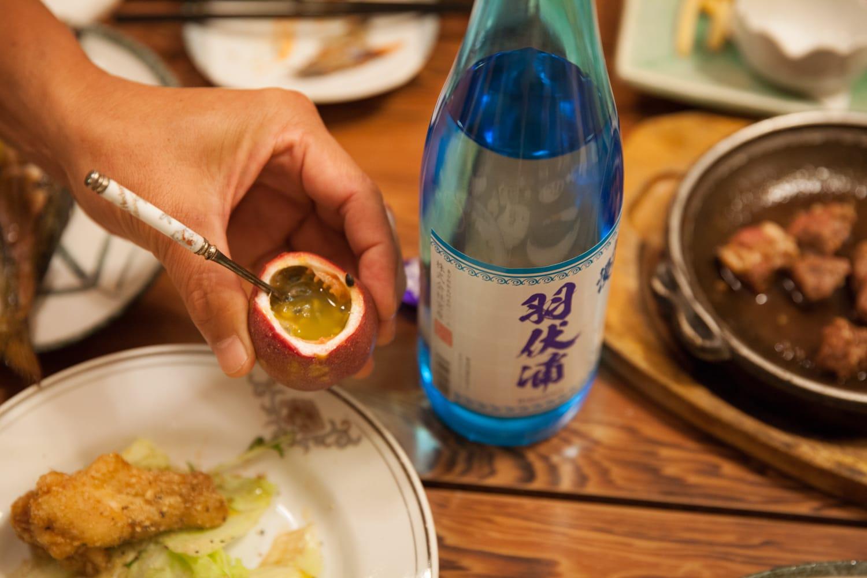 パッションフルーツに麦焼酎「羽伏浦」を注ぐと、驚くほど爽やかな味わいに。