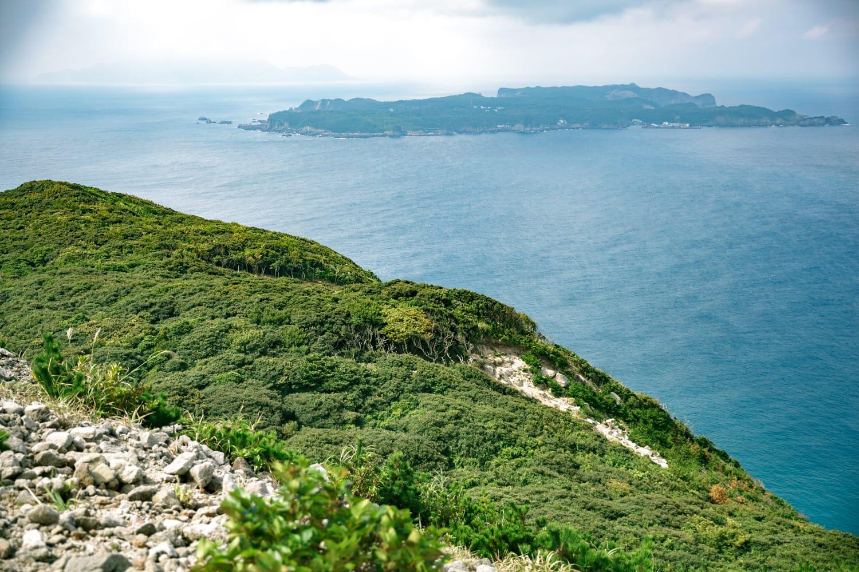 新島からの景色。向こうに見えるのは、式根島(しきねじま)。