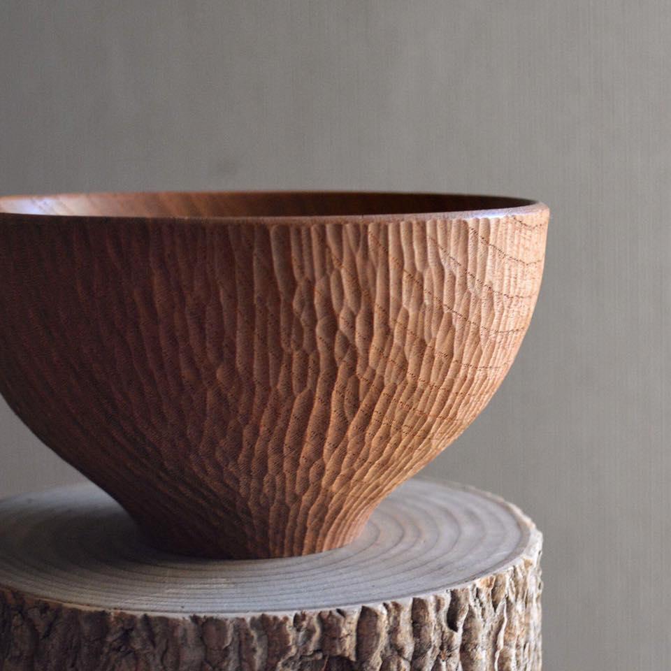 """海外からの人気も高い、木の器やトルソーを制作する「atelier dehors(アトリエ ドゥオル)」。木の美しさに惚れ込み、独学で木工技術を学び、現在は千葉県東金市にて制作活動を行う。dehorsは、""""外""""という意味で、活動拠点の外房の""""外""""と、もともともの作りの文化があった場所ではない、ちょっと外れた場所から発信していく意を含んでいるそう。"""