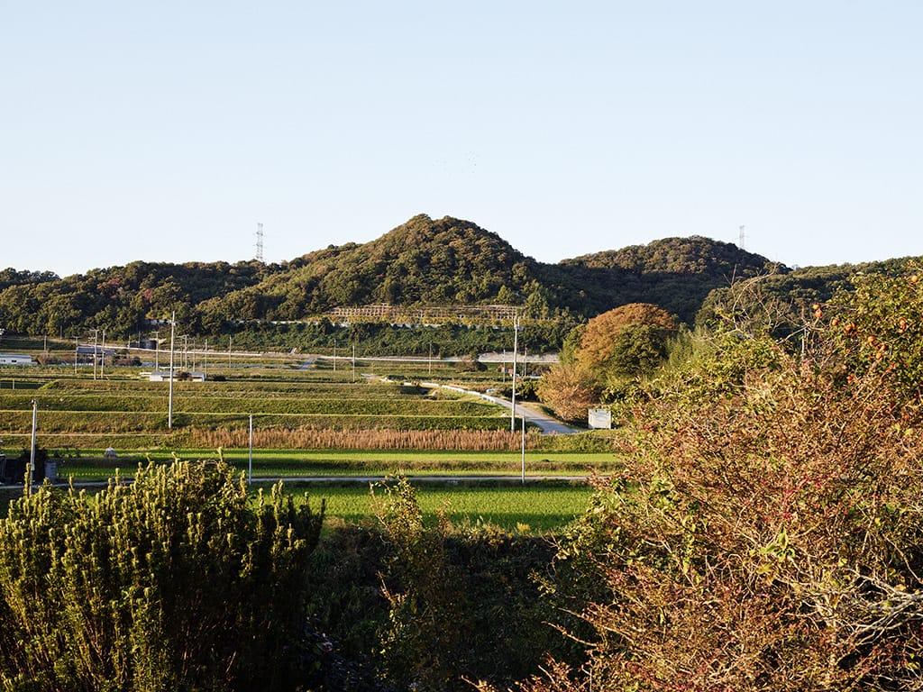 神戸・三宮から車で30分で来れるのんびりとした農村地帯。このエリアでは家と畑がセットになっていることが多い。