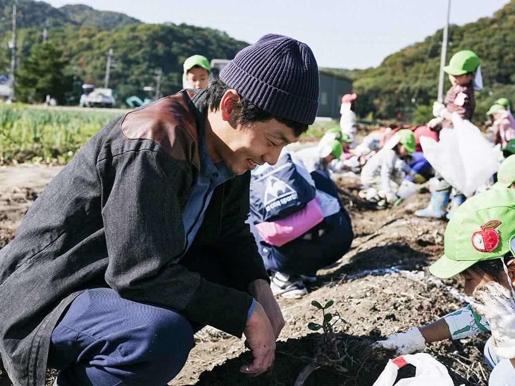 秋は芋掘りのシーズン。学生時代から子どもの野外活動に関するボランティアをやっていた鶴巻さんにぴったりな仕事。