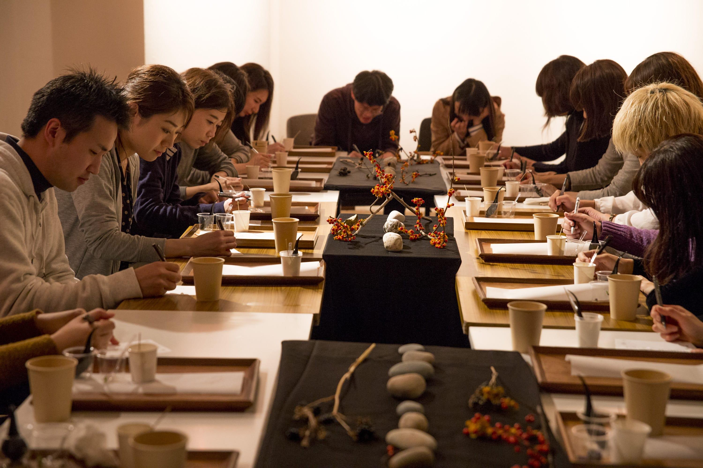 「まっくらごはん」は暗闇の中で舌の正確さを問う体験型イベント。今回はyoyo.さんが暮らす糸魚川市からもってきた5色の食材を5つの味、5つの方法で調理した料理を用意。参加者は暗闇のなか、手探りで料理を食べ、色(赤・黒・緑・黄・白)と味(甘味・苦味・辛味・塩・酸味)、調理法(焼く・蒸す・揚げる・茹でる)を当てることに挑戦した。