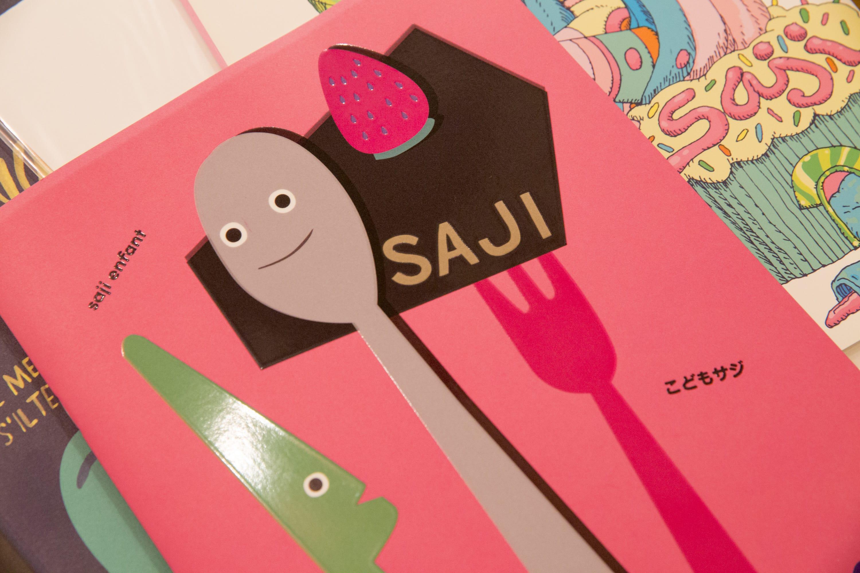 『saji magazine』は2004年に発行して以来、「ファーストフード」「水」「宇宙」など多様な視点で特集が構成され、体裁もデザインも号によって異なる。2016年には、こどもに向けた『saji for kids』も発売。