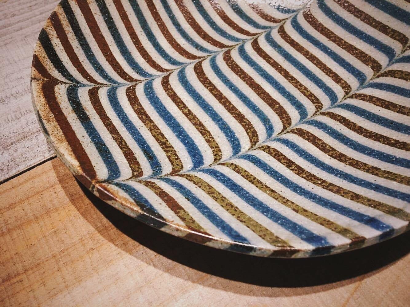 「練込み」という技法でつくられた、牧谷窯の器たち。