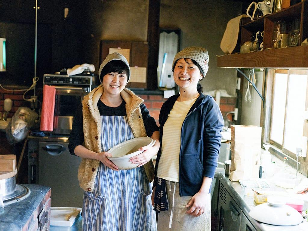 料理ユニット「chawan」の前川暁子さんと大門知里さん。前川さんは平日は満月堂で働きながら、イベント時などに本陣跡のカフェ「chawan」で料理をふるまっている。