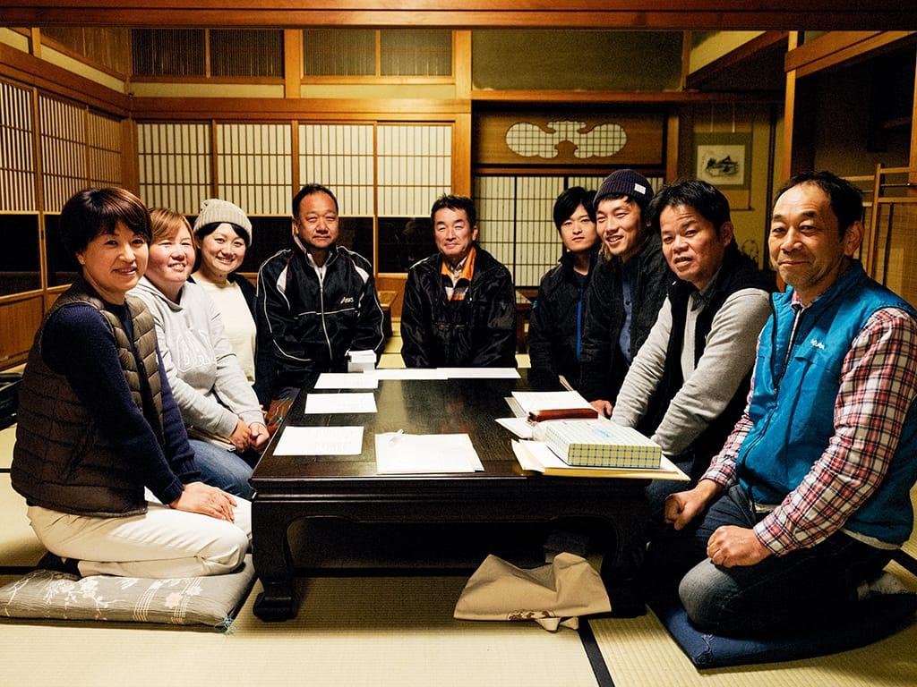 淡河ワッショイのメンバーたち。月に一度開催される会合でざっくばらんに話し合う。議題をまとめたり、議事録を作るのは鶴巻さんはじめ若手の役割。