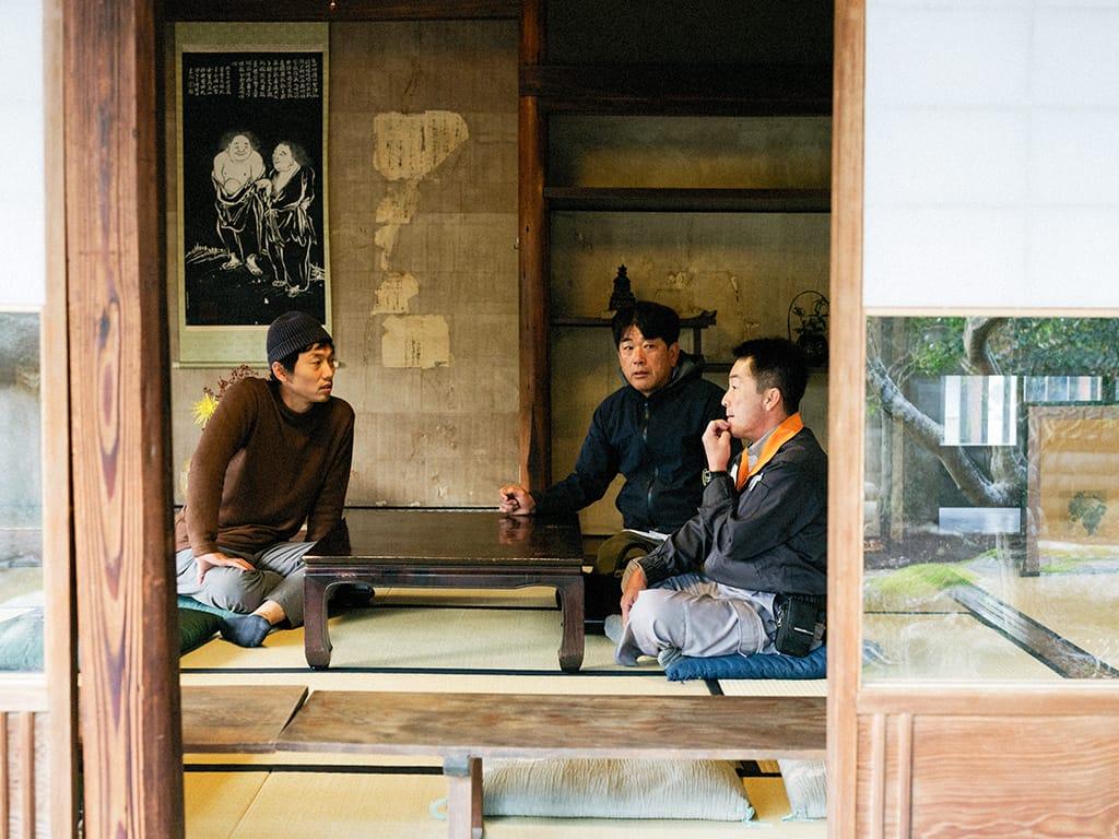 この町へ移住してきた鶴巻耕介さんは30代の若手。50代のベテランの先輩方ともフランクに話し合えるのが淡河ワッショイの魅力。