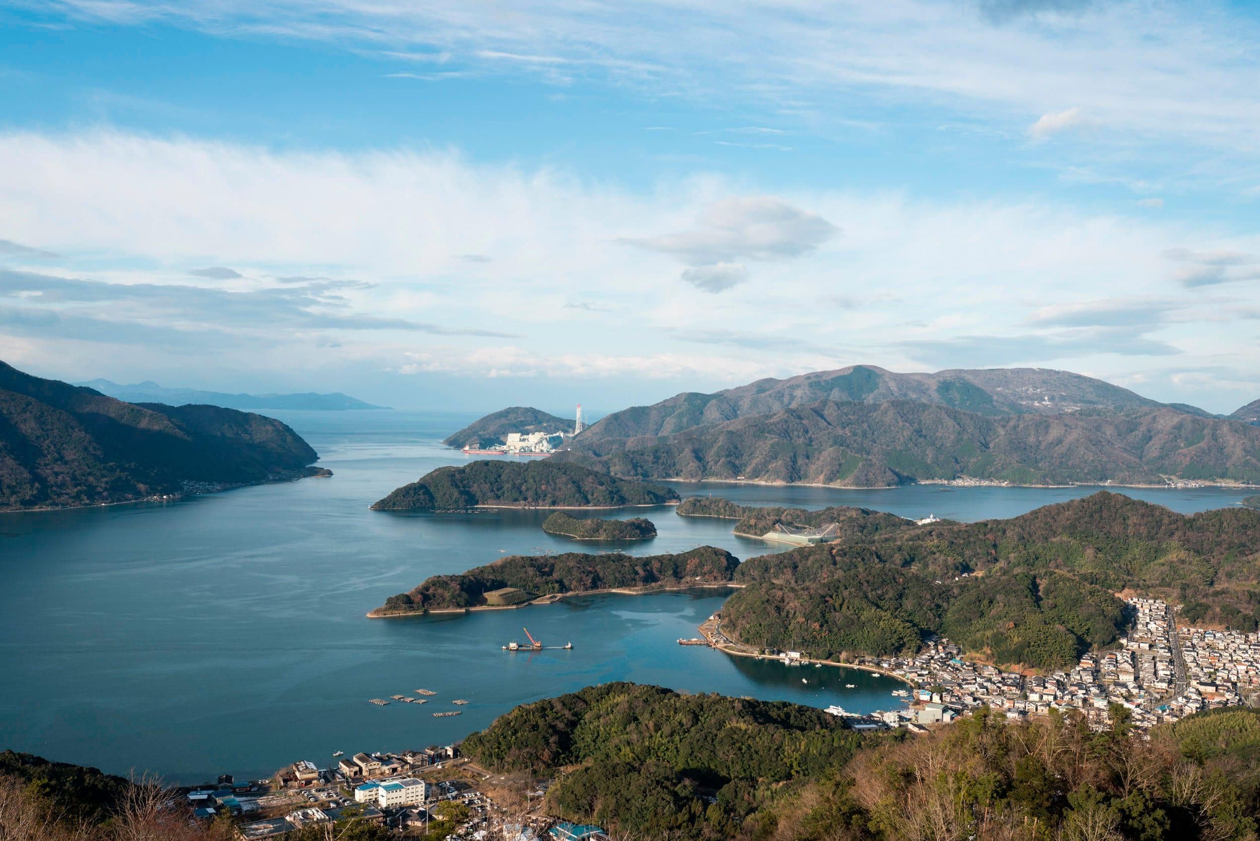 五老岳から舞鶴湾をのぞむ。リアス式海岸の谷筋ごとに大小の集落がある。写真右奥が佐波賀地区のある大浦半島。