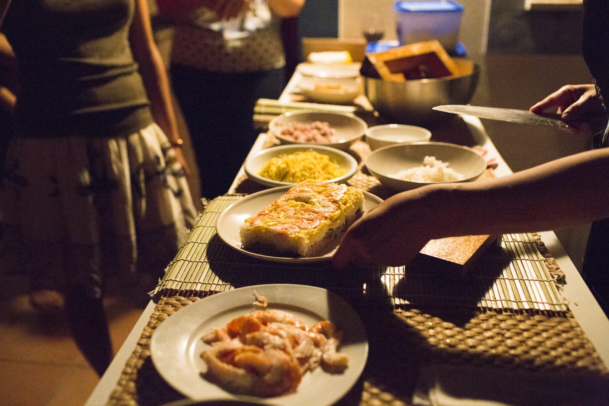 巻き寿司のワークショップ。ワークショップに集まった参加者は日本食に興味津々だったという。