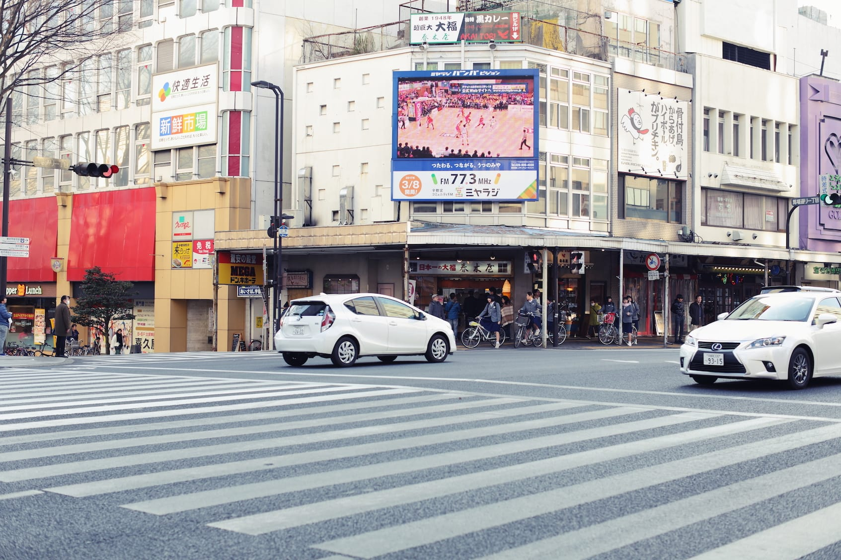 最寄り駅は東武宇都宮駅。都内に出るときはJRで。駅までは車で10分くらいなので、歩くか会社の人に送ってもらったり、バスに乗ったり。十分歩いて回れる。
