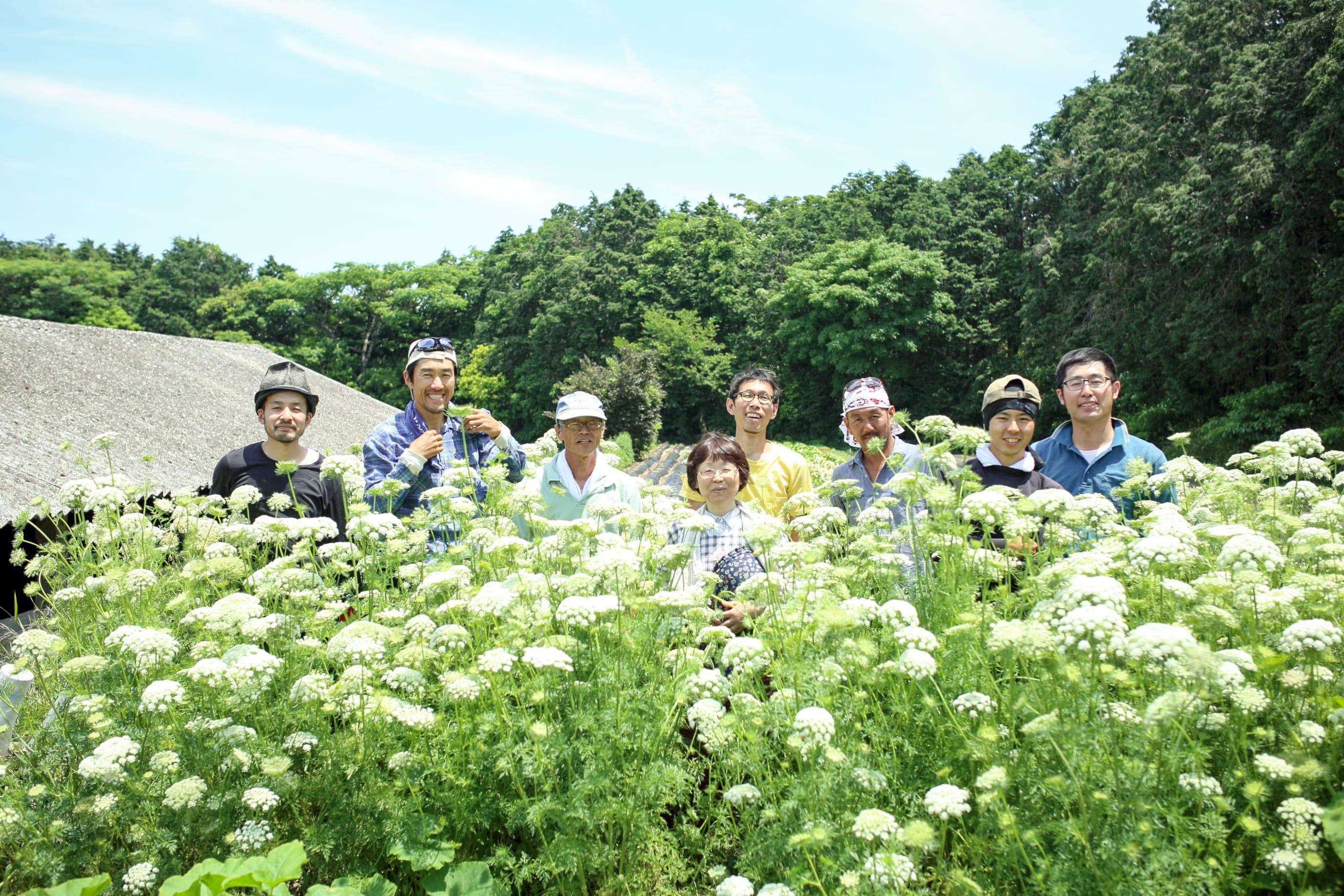 長崎県内に住む若手農家が集まり始まった「雲仙 たねをあやす会」のメンバーたち。世話人である奥津さん(右から2番目)は、「1人の農家が守ってきた、その景色を僕らで中継ぎしていけたら」と語る。(写真:繁延あづさ)