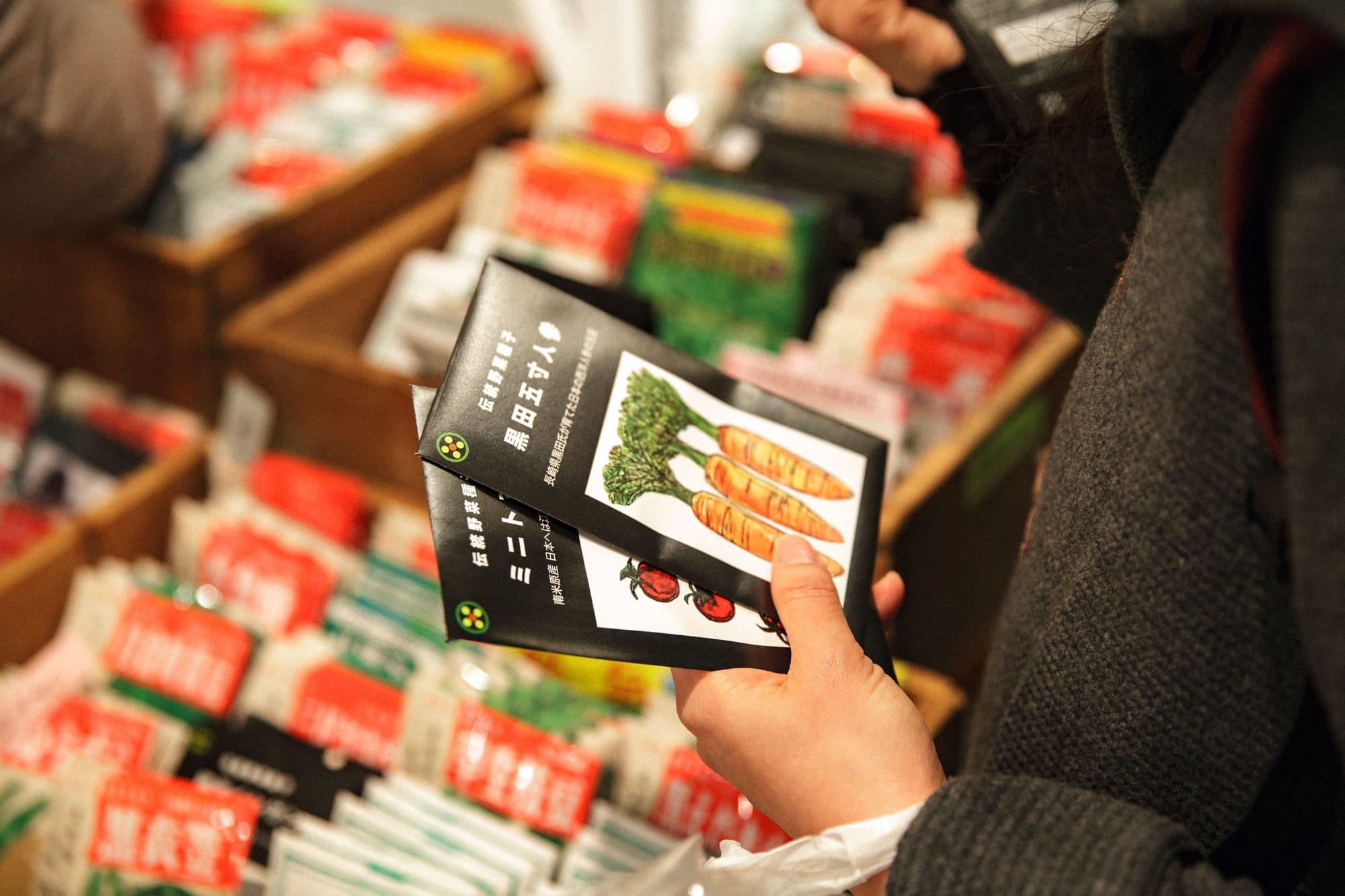 イベントでは、若手の種採り農家たちの野菜が買えるマーケットと、料理家や人気パン店によるフードの提供もあり、普段なかなか手に入れることのできない古来種の野菜が食べられる貴重な機会に。「ただのファーマーズマーケットと違って、種を守ろうとする同志たちが集まる市なのです」と、種市の共同主宰者である高橋一也さん。