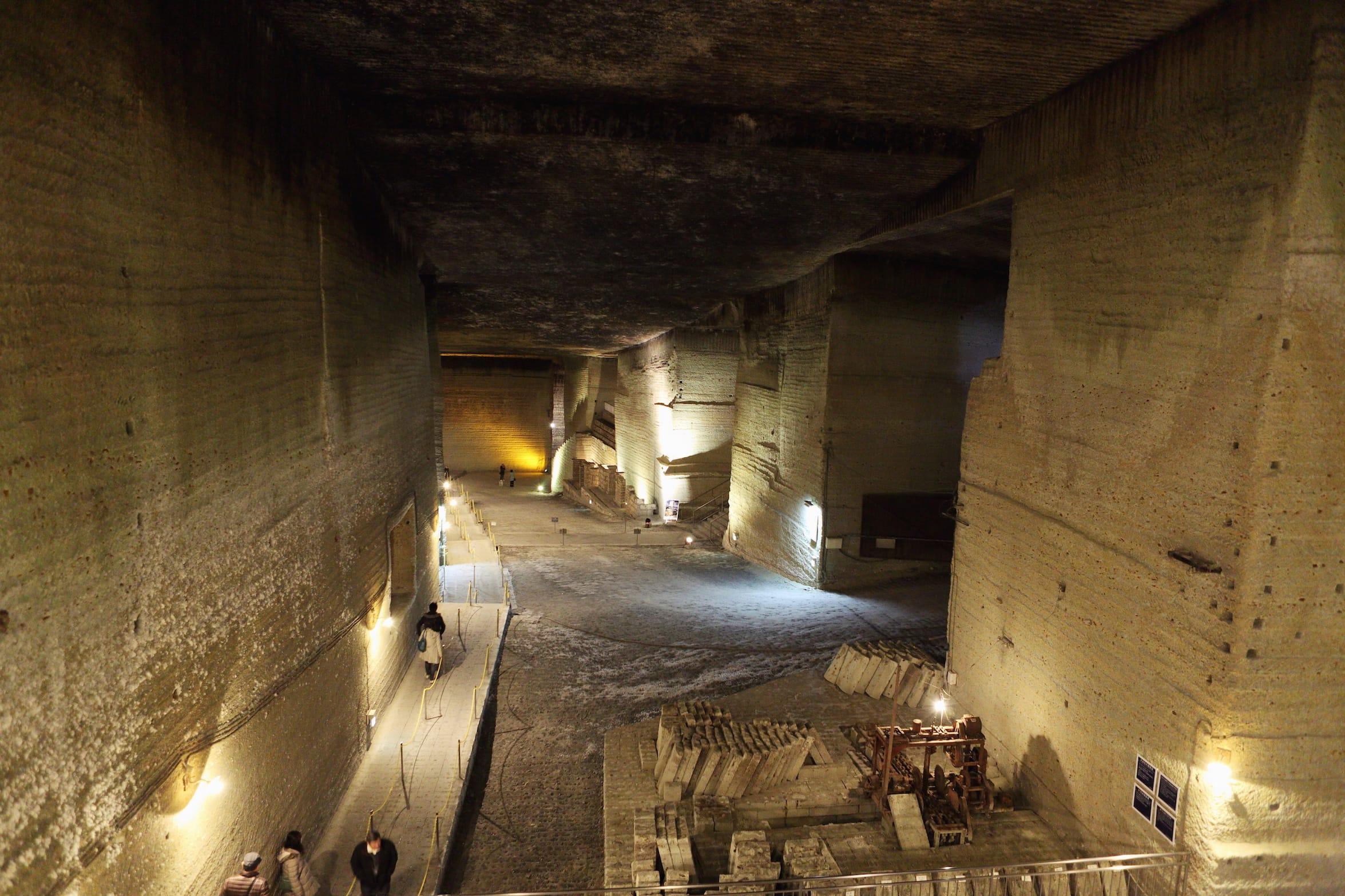 現在、「大谷資料館」となっている大谷石地下採掘跡地。巨大な地下建造物を思わせる。地下に広がる地底湖では、クルージングを楽しめるツアーも。