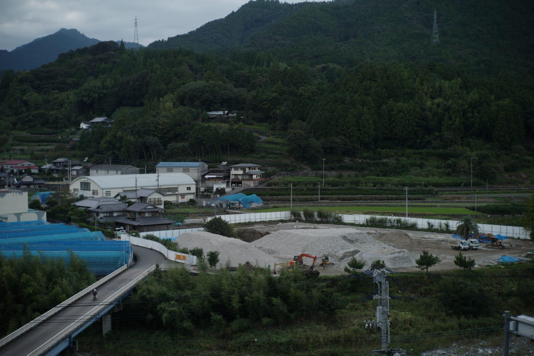 赤尾さんが「集合住宅だより」で図解した、青雲寮を解体したガラ(再生砕石)の山。舗装、雨水トレンチなどに有効活用される。