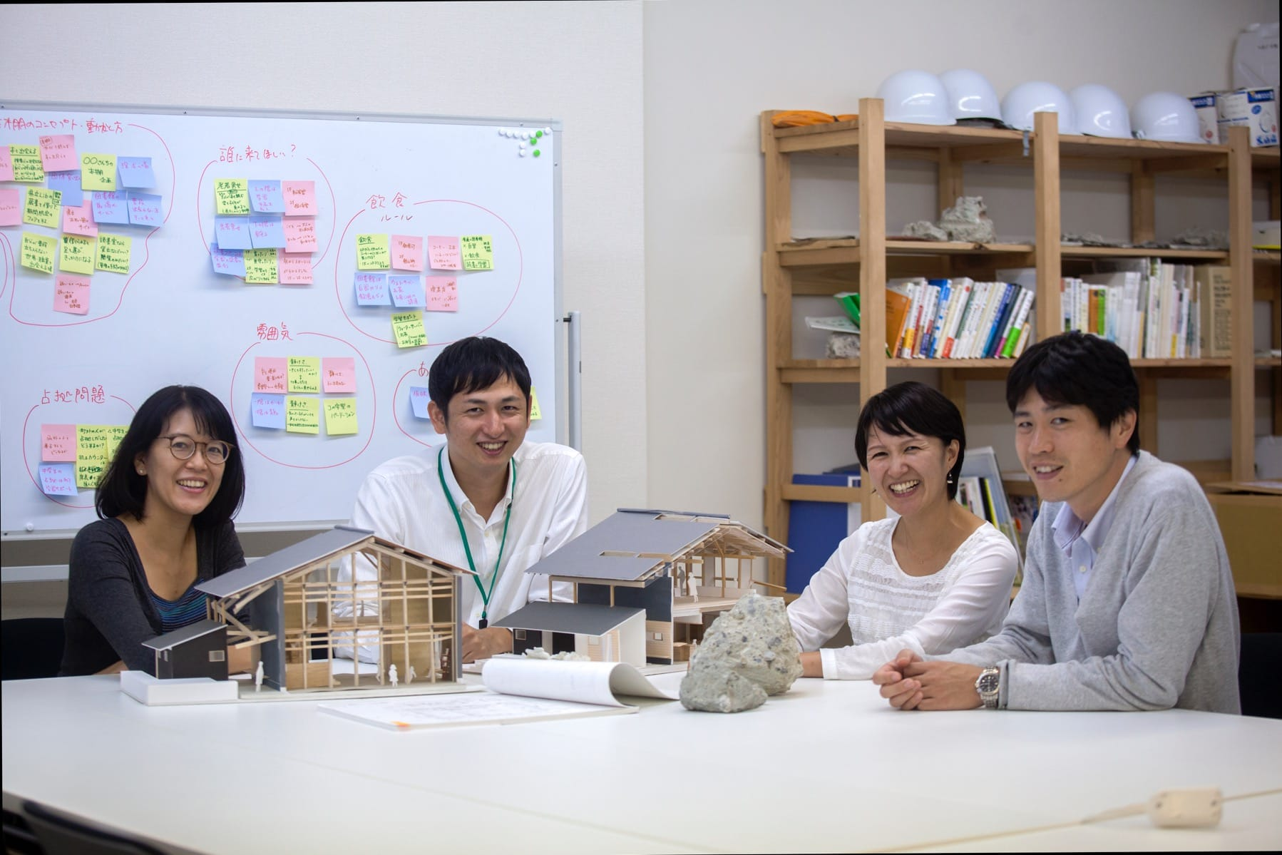 集合住宅づくりを担当する仲間たち。(左からつなぐ公社の高田友美さん、神山町役場の馬場達郎さん、赤尾さん、神山町役場の北山敬典さん)