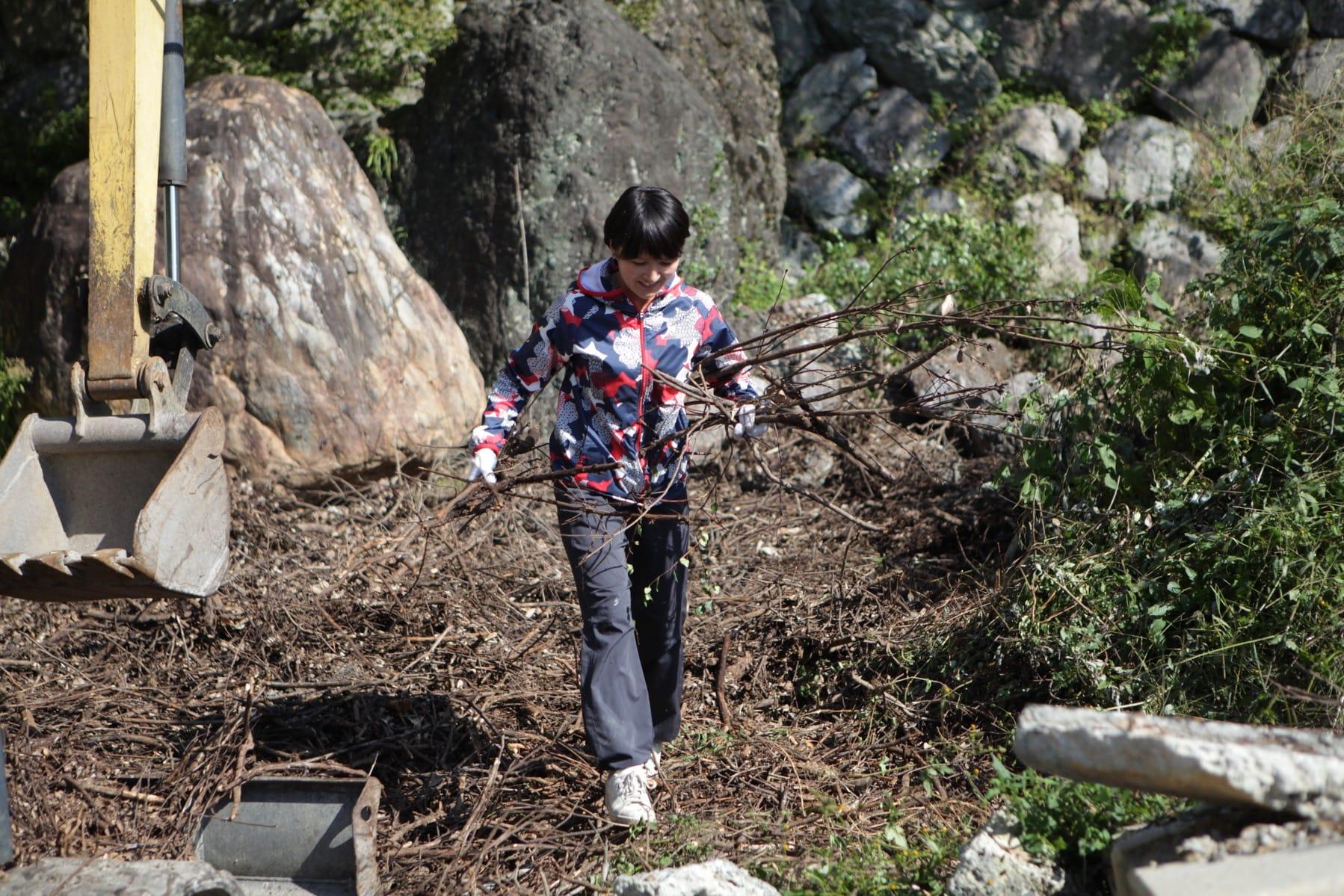 インタビュー後、西分の家の庭の片付けを始めた赤尾さん。このあとつなぐ公社代表理事・杼谷学さんも現れて一緒に作業をしていました。
