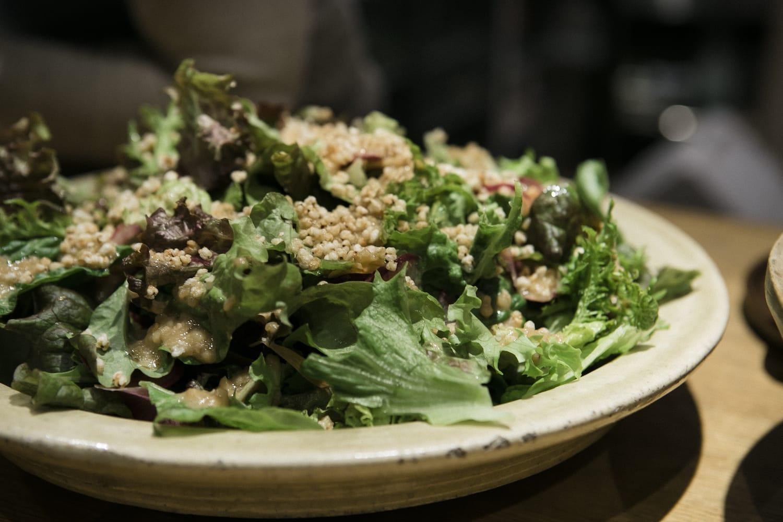 「シェフ・イン・レジデンス」の最後に行われた「小さな食糧政策晩餐会」にて。(フードハブ・プロジェクト提供、撮影:植田彰弘)