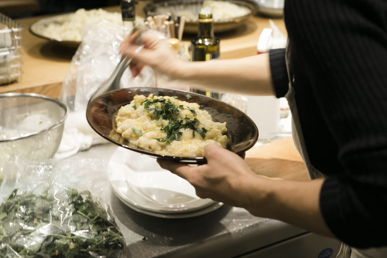 これが里芋のニョッキ。カリフラワーのソースに、刻んだ三つ葉をトッピングしています。(フードハブ・プロジェクト提供、撮影:植田彰弘)