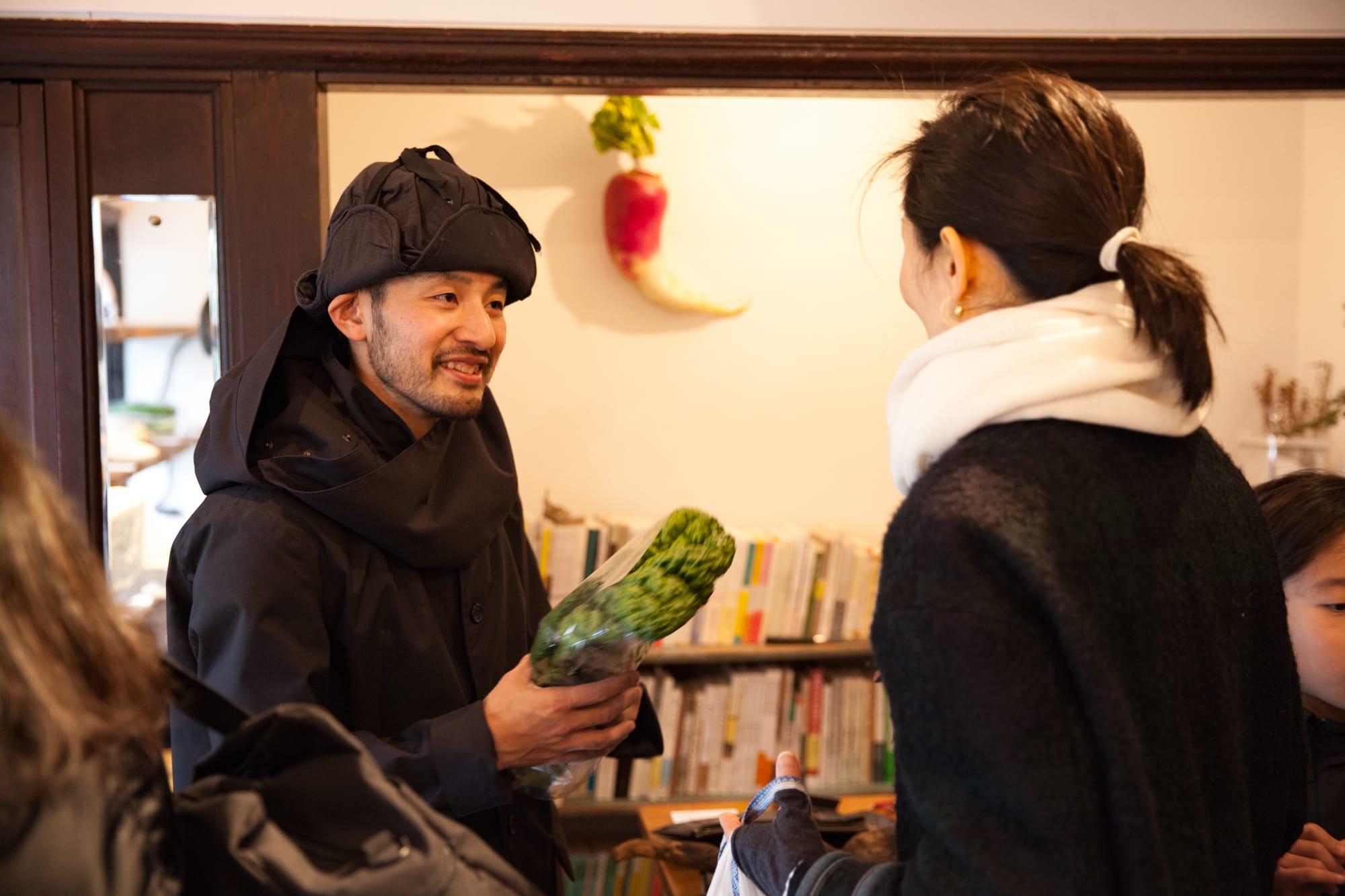 農家が作った在来作物をどうやって販売し流通させていくか。在来種の野菜を販売する福岡県の「金子商店」などの八百屋の存在も欠かせない。