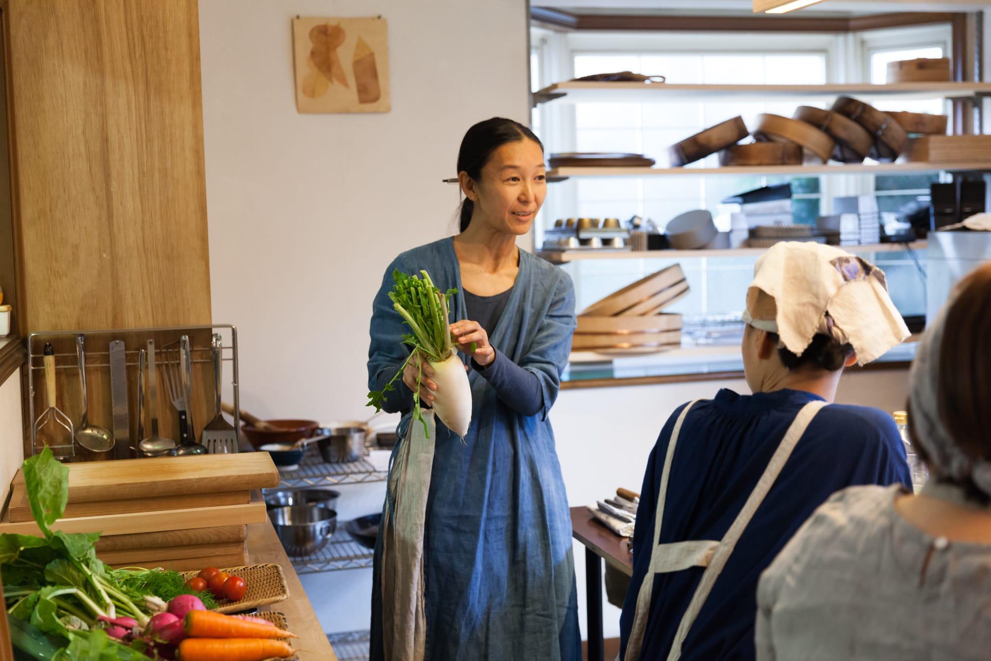 「アトリエ間間」で行われた根本きこさんの料理教室の様子。首都圏以外にも山形や沖縄など遠方から駆けつけた参加者もいたほど注目を集めた。