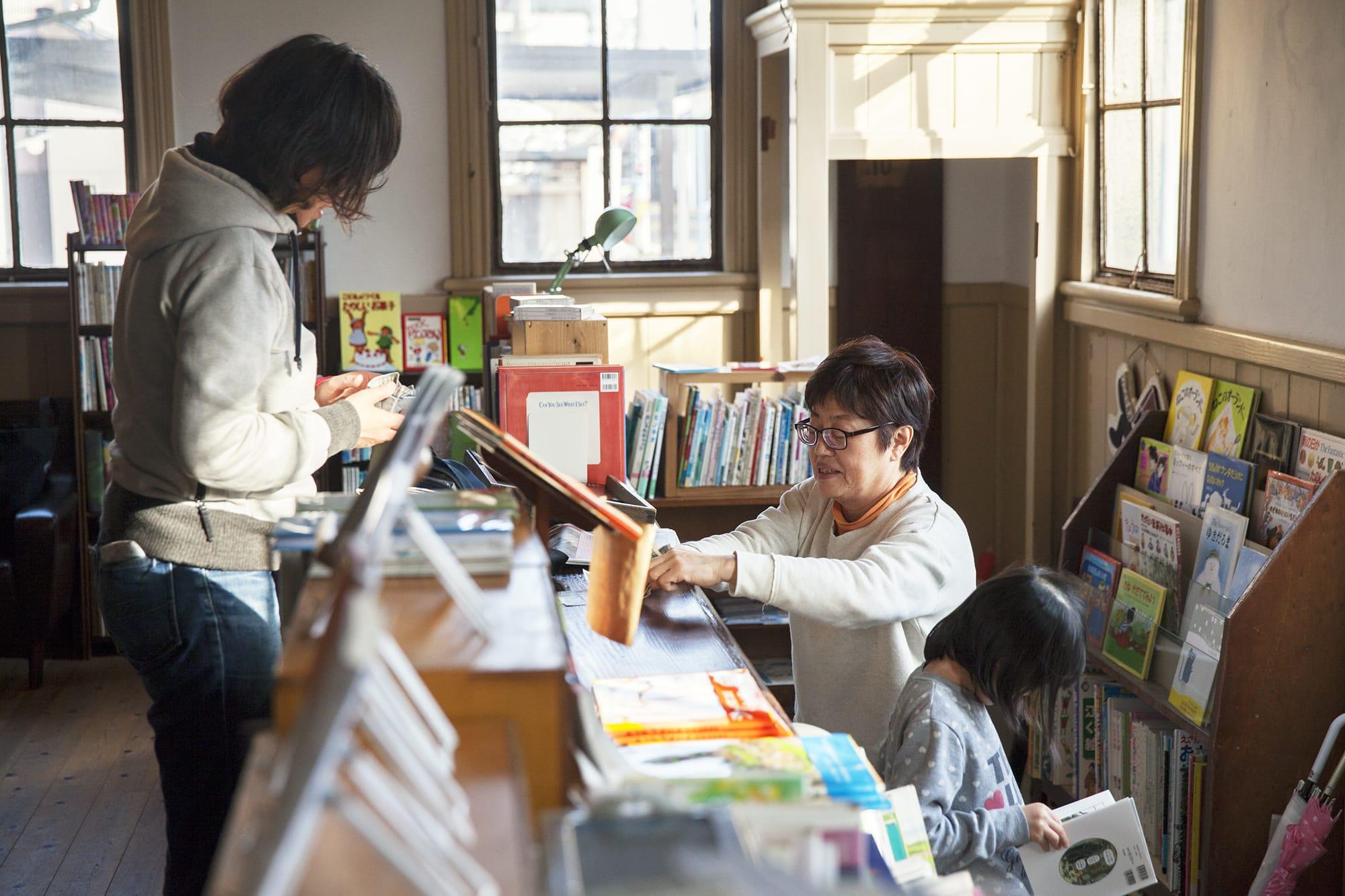 1階の古本屋「ひらすま書房」は小学校の図書館のような懐かしい気持ちになる空間。