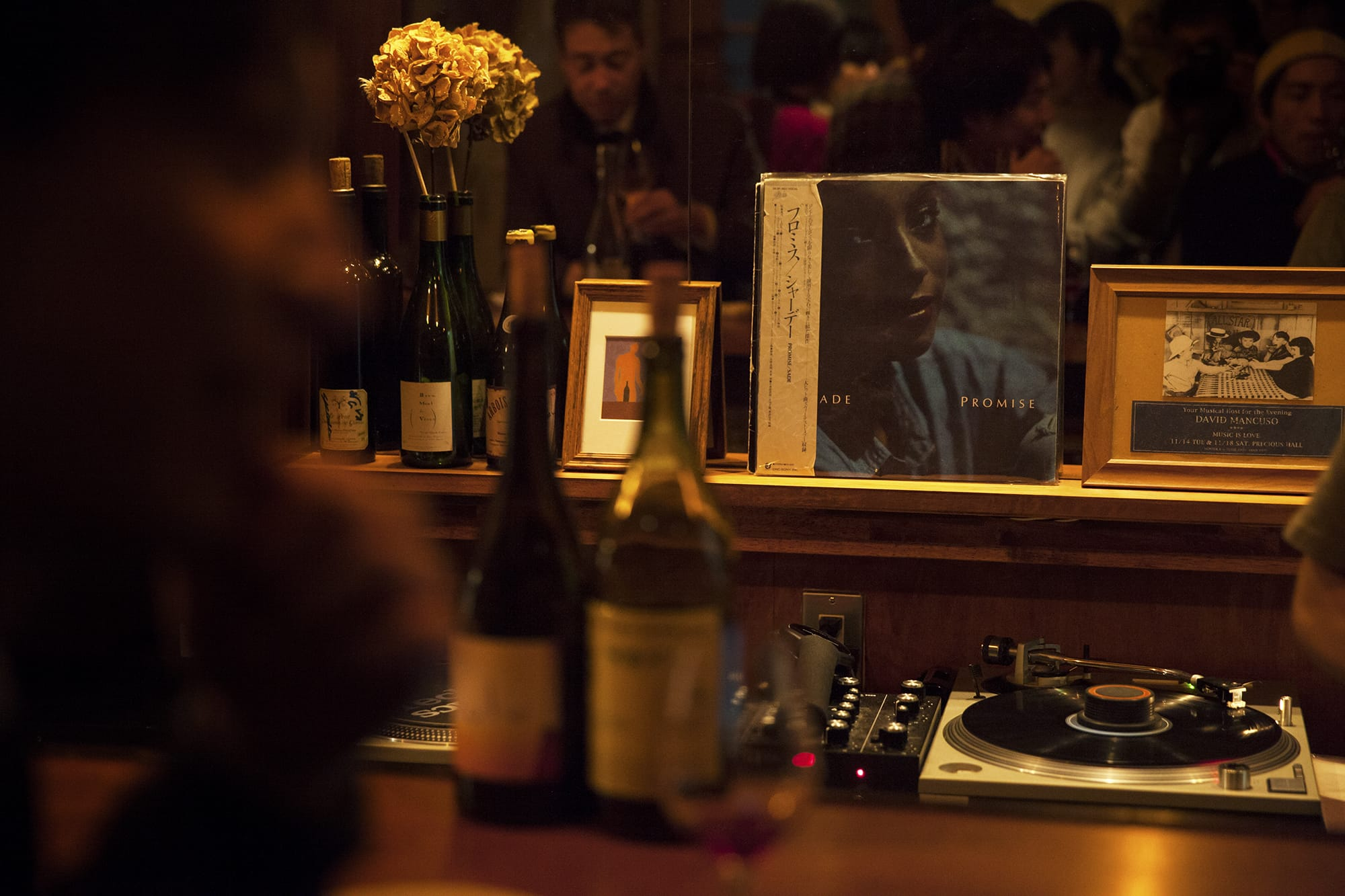 ターンテーブルは高校生のときに買ったもの、スピーカーはダンスミュージックを聴かせてくれた富山のレコードショップにあったのと同じJBLの「4312 mkⅡ」。池崎さんは、接客しながら一枚一枚レコードをかけている。
