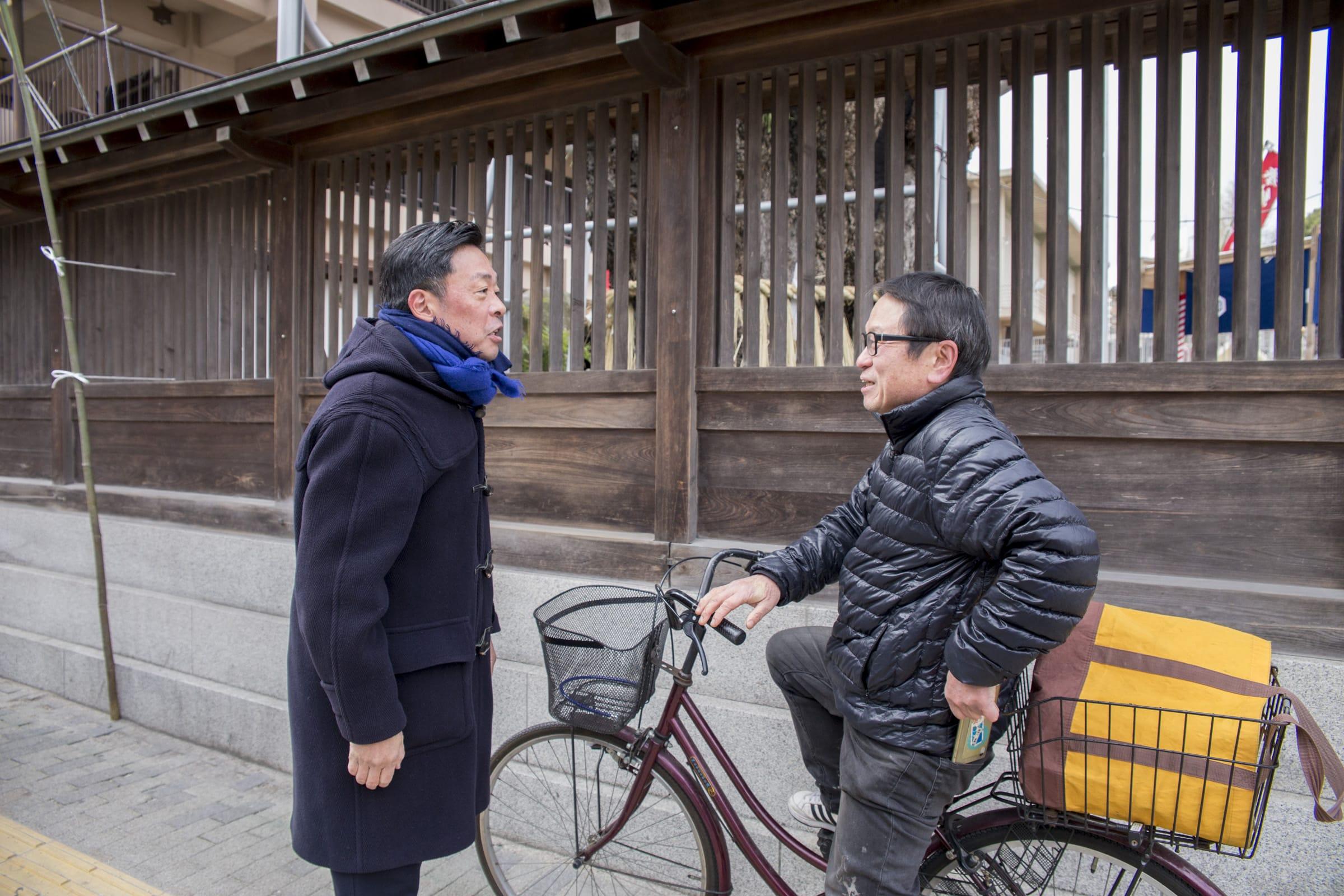 「お〜! 郷六平!」。自転車で通りがかった地元の方に、『博多っ子純情』の役名で声を掛けられる光石さん。