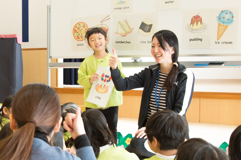 4月の時点では初めて触れる英語に戸惑いを見せていた子どもたちも、今では「me!」と手をあげて積極的に発言するように。
