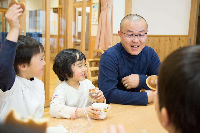西垣浩文さん。「ドラえもんがドラ焼き食べてる!」と言われてみんなで笑う、楽しいおやつタイム。味噌作りや焼き芋作りなどなんでもできる園長は、子どもたちにとってまさにドラえもんのような存在!?