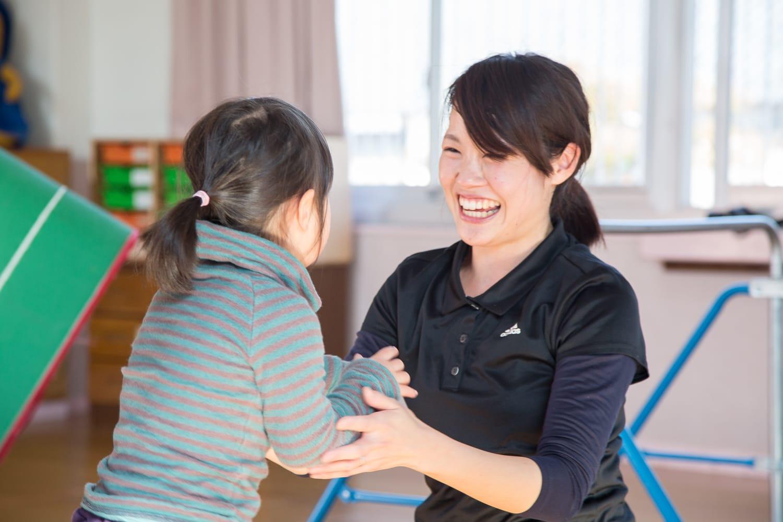 一生懸命取り組む子どもとハイタッチをしたり、笑顔で褒めたり。そうすることで子どもに自己肯定感が生まれる。