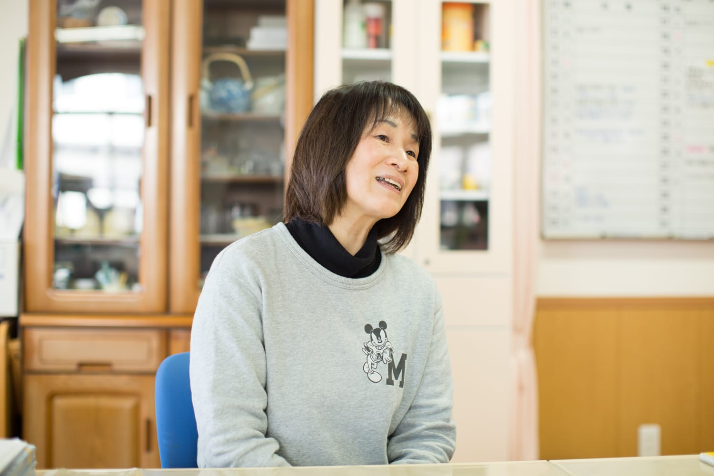 「年上の子が小さい子の着替えの手伝いをしたりなど、0~5歳児までいろんな関わり合いができるのも、保育園のいいところです」と三輪純子さん。