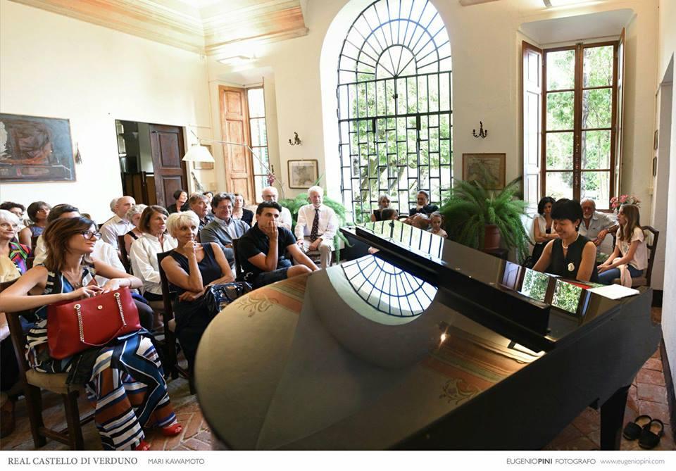 川本さんとの別れを惜しみ、レストランはグランドピアノを運んでコンサートを企画してくれた。川本さんはこのまちの名を冠した「ヴェルドゥーノ」という曲を弾いて応えた(川本さん提供)。