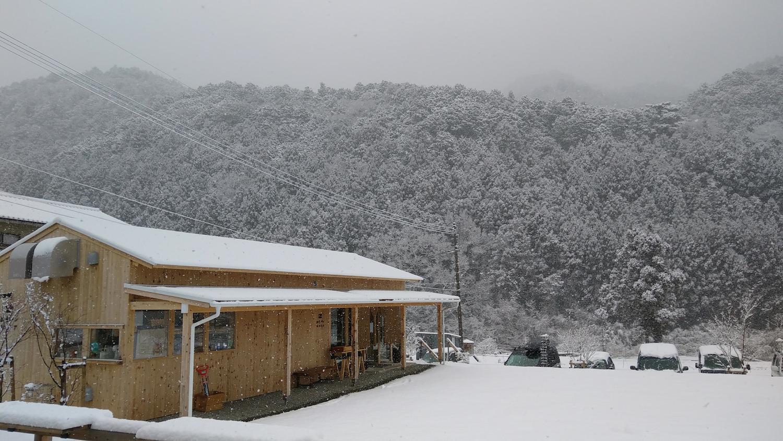 雪の日に「かまや」から、川本さんが撮った写真。