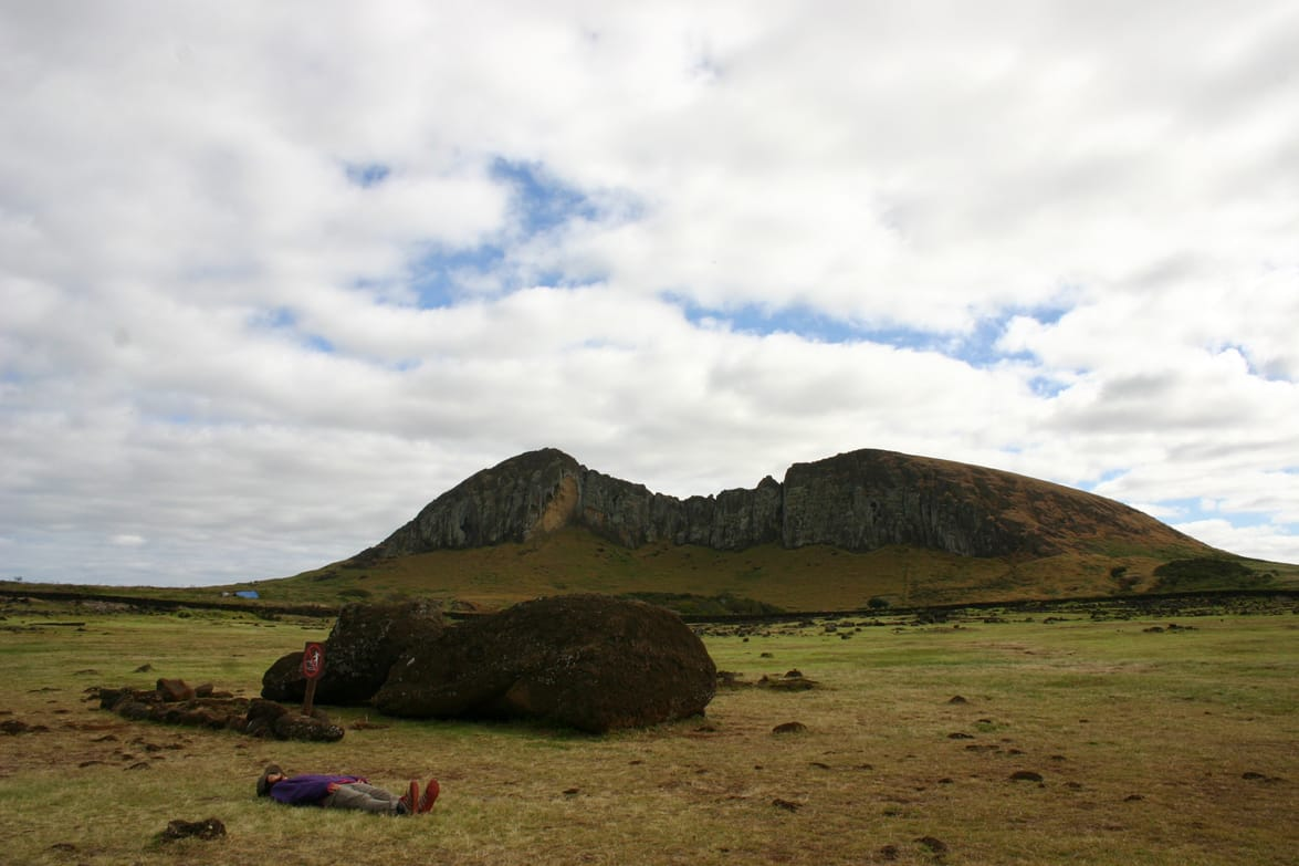 「ついつい寝転びたくなるスポット。向こうに見える山はラノララクで、掘り出し途中のモアイがたくさんいます。お気に入りの場所です」(小田さん)。